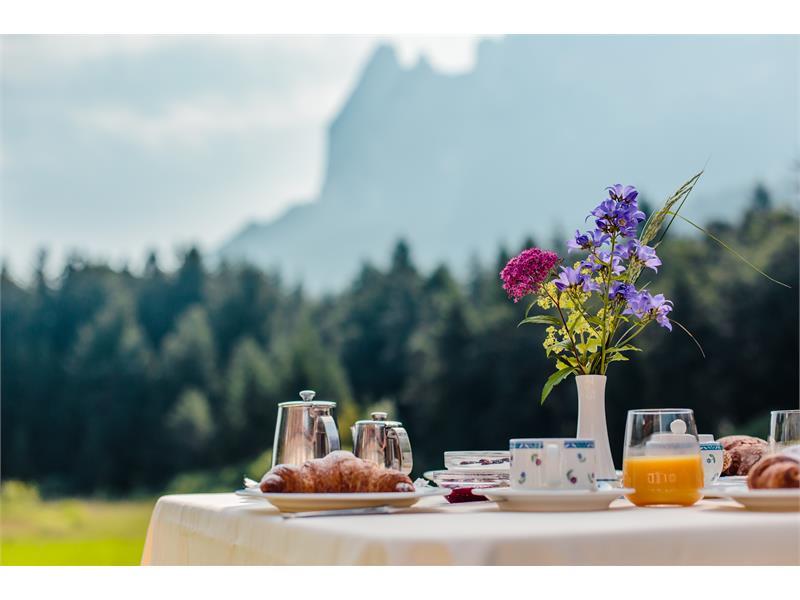Frühstücken auf der Seeterrasse mit See- und Schlernblick