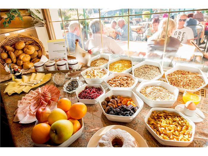 Hotel_Garni_Doris_buffet_breakfast_3