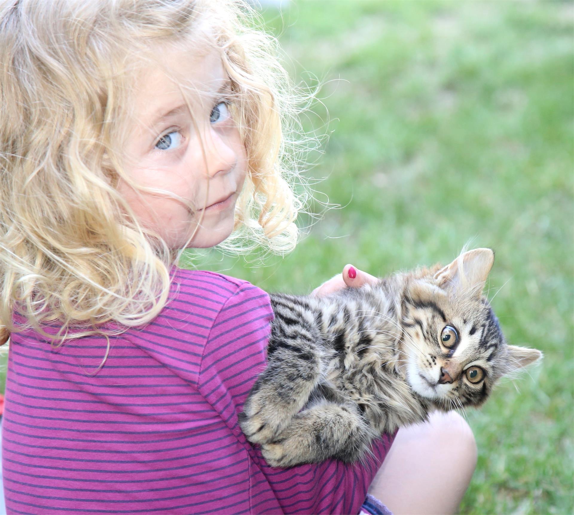 Mädchen mit unserer Katze Murmel