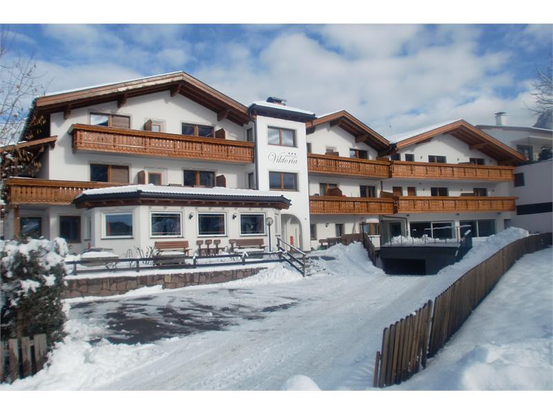 Aparthotel Viktoria Kastelruth Seiser Alm Dolomiten Winter Außenansicht