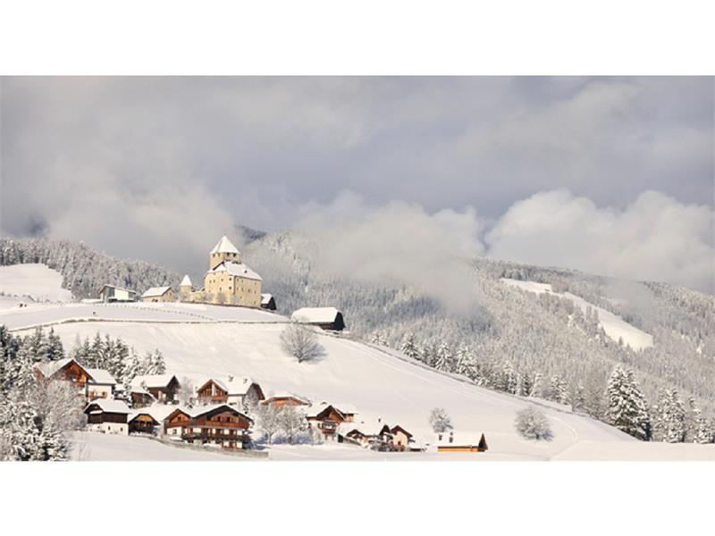 Blick auf St. Martin in Thurn mit dem Schloß Tor